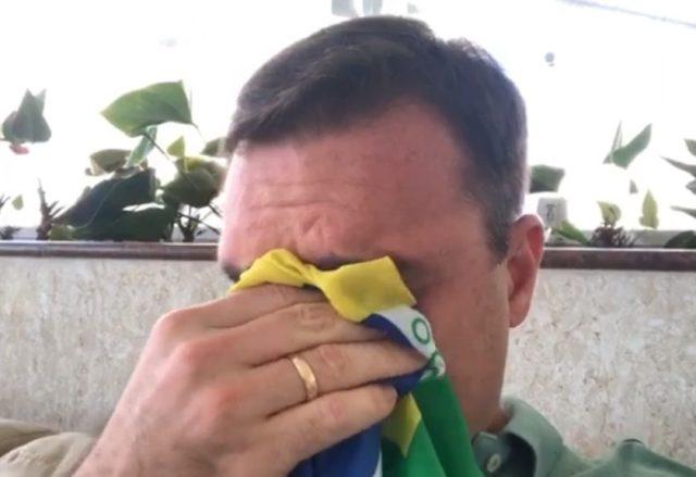 flávio bolsonaro chorando