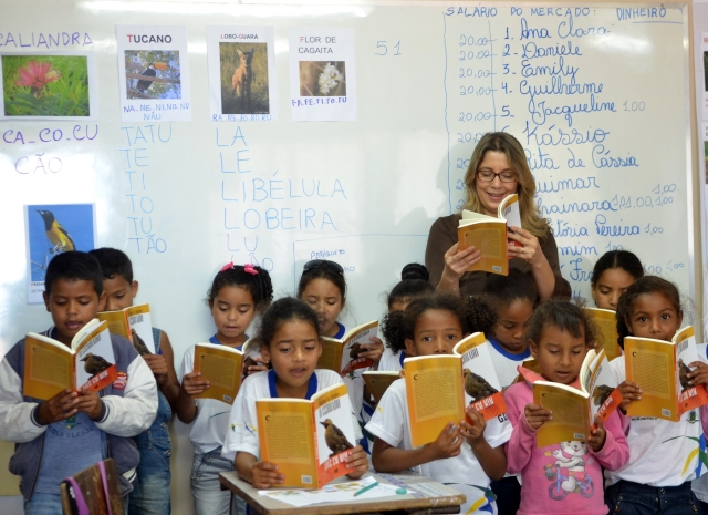 professora-em-sala-de-aula-com-as-crianc3a7as.jpg