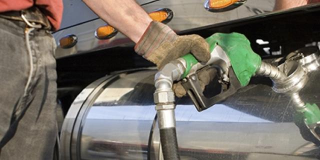 diesel abastecendo o caminhão